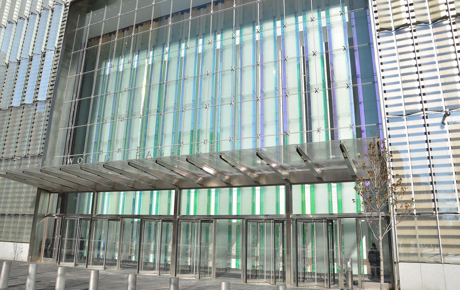 Farbeffektglas im Entreé und der Lobby des Tower One