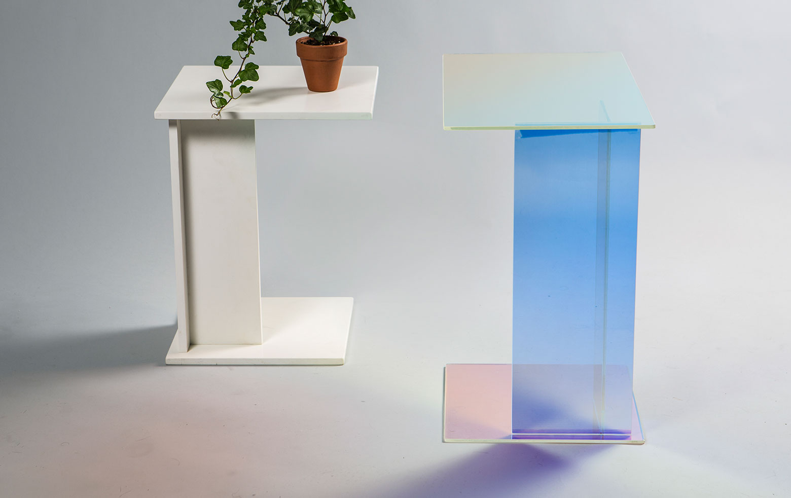 Interplay of tables: Dichroic effects and stone