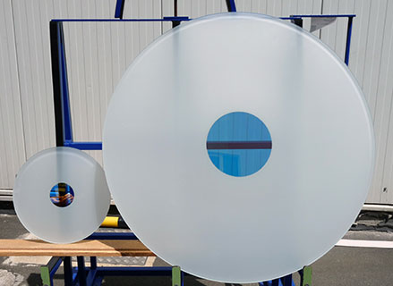 Unterschiedliche Größen von Glasscheiben mit Inlays aus dichroitischen Filtern