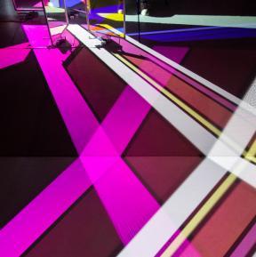 Yoko Seyama: Saiyah - Light and Color composition #2 (2015) mit dichroitischen Glasscheiben