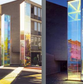 """Dichroitische Filter als massive Glasstelen """"Zwei Licht-Prismen"""" von Heinz Mack"""