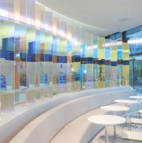 Lichtparavent, dichroitisches Glas, von Ivonne Goulbier, Foto J. Brinkmann