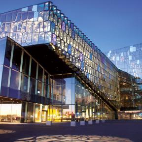 Dichroitisches Glas als Isolierglas an der Fassade des Harpa Reykjavik