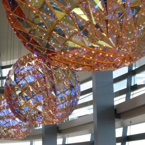 """Oper Kopenhagen: """"Chandeliers"""" mit dichroitischem Glas"""